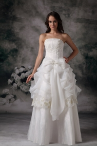 Bow Strapless Appliques Floor-length Organza Wedding Dress