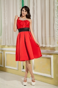 Red One Shoulder Knee-length Satin Ruch Graduation Holiday Dress