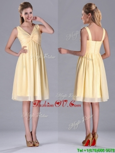 Empire Light Yellow V Neck Knee Length Short Dama Dresses for Quinceanera with Ruching
