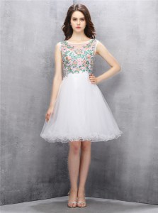 Scoop Sleeveless Tulle Knee Length Zipper Homecoming Dress in White with Beading and Embroidery